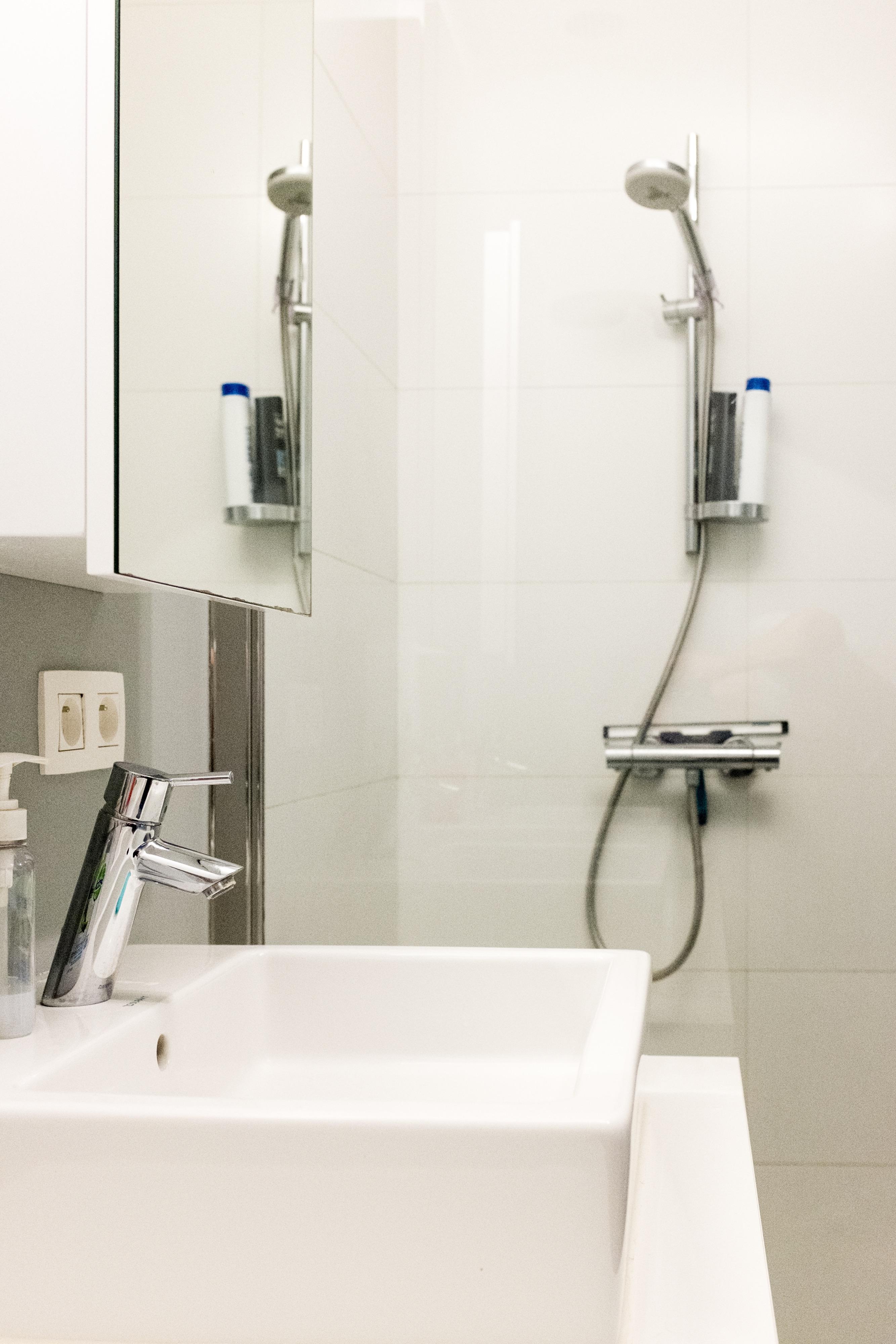 Moderne split level woning aan het water te koop in hasselt for Grondplan badkamer